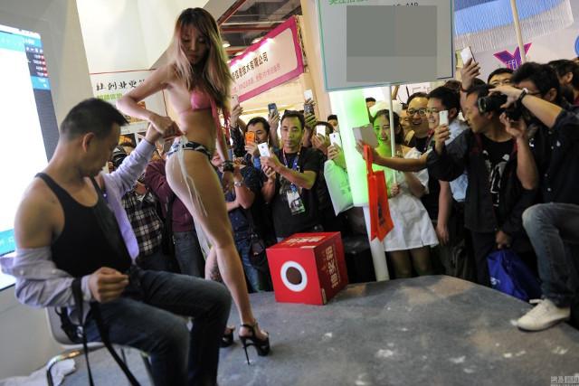 廣州性文化節出現了正妹「牛奶四濺」橋段,觀眾看到不只臉紅...