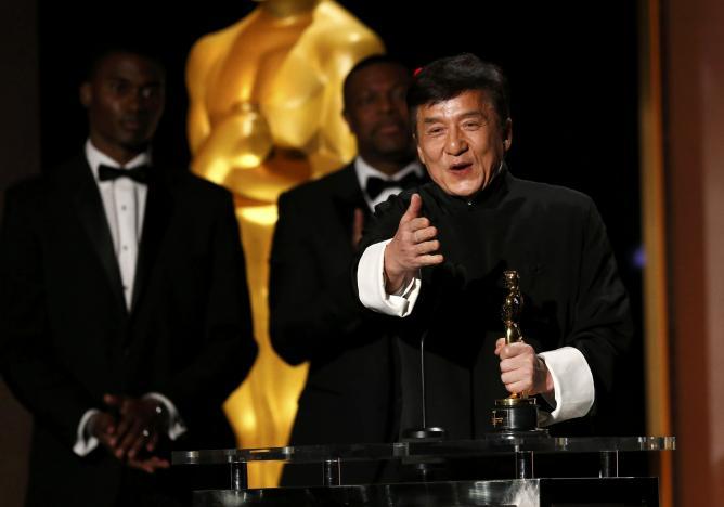 成龍50年拍超過「200部電影」,斷了那麼多根骨頭後,終於獲得奧斯卡終身成就獎!