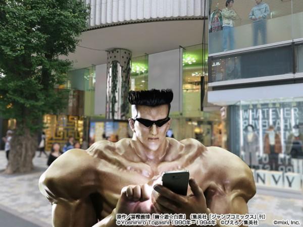 東京街頭出現了「讓七八年級生懷念到爆」的墨鏡肌肉男戸愚呂弟!他哥在他肩膀上超詭異。