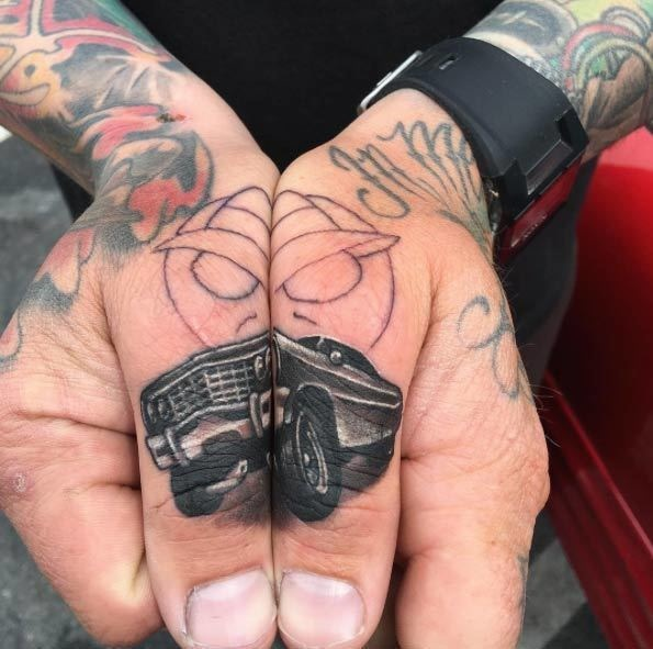 讓你完全改觀的24個神美「低調的手指刺青」 大拇指拼起來就是超帥「凱迪拉克」!