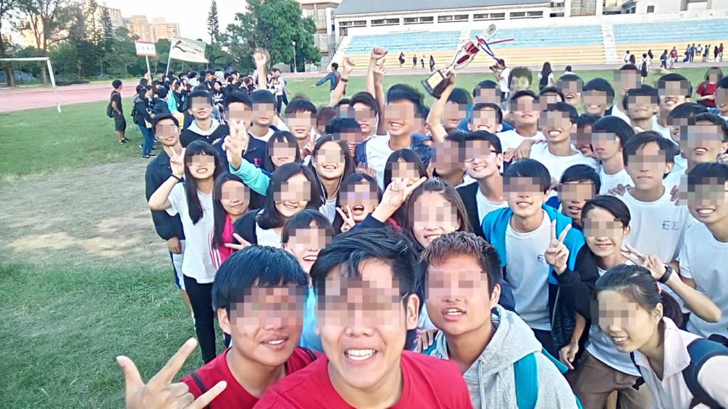東海大學校慶全班合照,驚見「多了一位」班上沒看過的人,網友回:「鬼學長來參加校慶囉!」