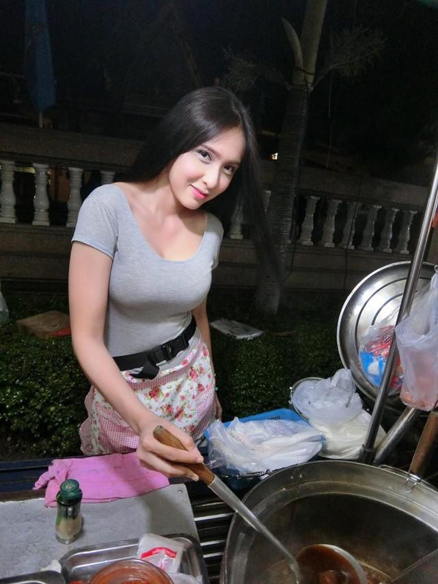泰國夜市出現心胸寬大「水果西施」,顏值高到都忘記是在買水果...(有影片)