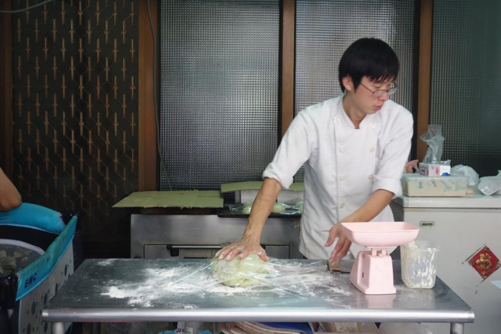 拍攝阿扁麵包師傅生意太好「訂單滿到爆」,他臉書求饒:「消化不完了」!