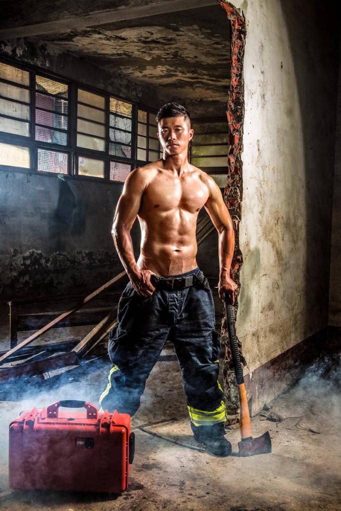 新北市政府消防局推出最新「猛男月曆」,#1「消防南柱赫」帥到需要救火!