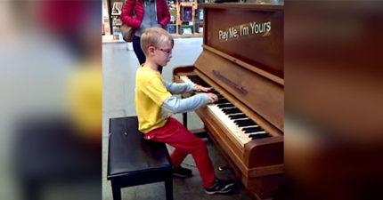 8歲小男看到路邊的鋼琴決定「彈彈看」,「莫札特轉世」抬頭時已經有一群觀眾了...