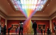 博物館裡面沒濕氣但出現了「能摸到的永生不死彩虹」!近看人的大腦會受不了!