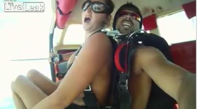 世界首度男女挑戰「跳傘愛愛」,刺激「來4次」到差點忘了開傘...(影片)