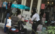 行動不便的媽媽帶女兒買衣服,溫馨店員「一件一件拿出店外」給她挑!
