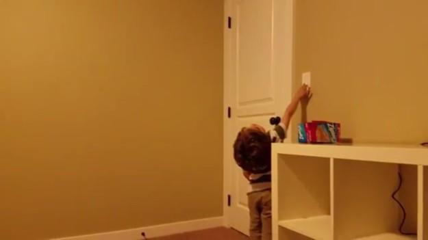 小男孩本來不敢一個人睡,現在關上燈「一秒變閃爍星空」美到他捨不得睡!