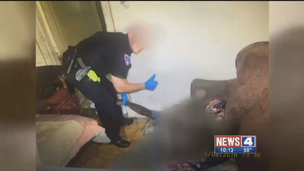 這名警察「拉著死者的手燦笑比讚」合照,死者媽媽傷心「不懂到底發生什麼事」...