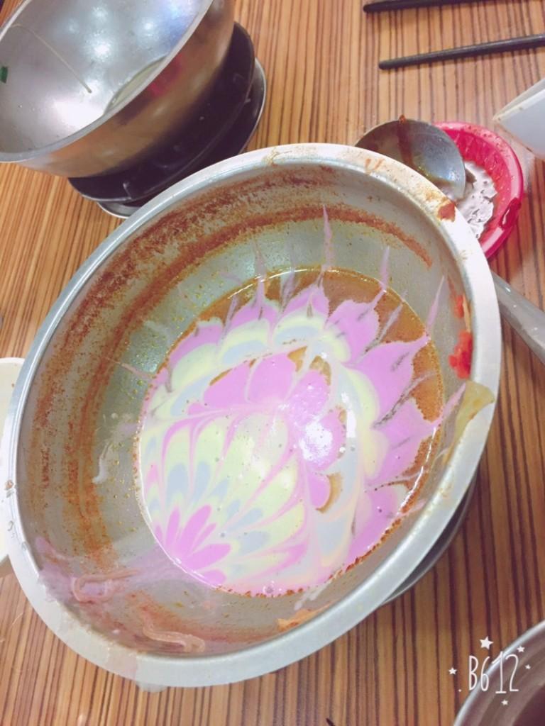他無聊把融化的冰淇淋倒入火鍋鍋底,最後完成超狂「火鍋拉花藝術」連店員都拍照留念!