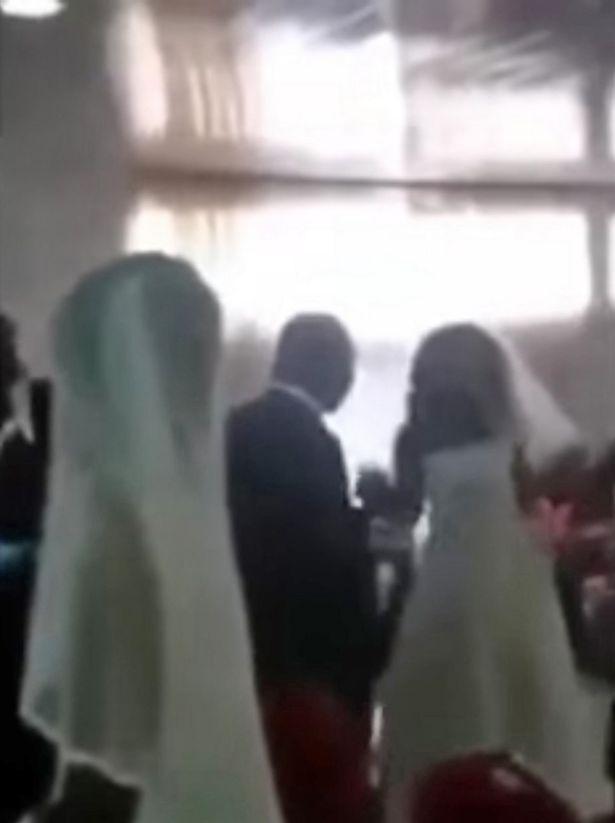 婚禮上衝出跟新娘「撞衫」的小三,拿起麥克風後婚禮直接崩壞...