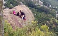 登山客驚見有人在峭壁上表演「死了都要愛」,網友:「一爽就死了」