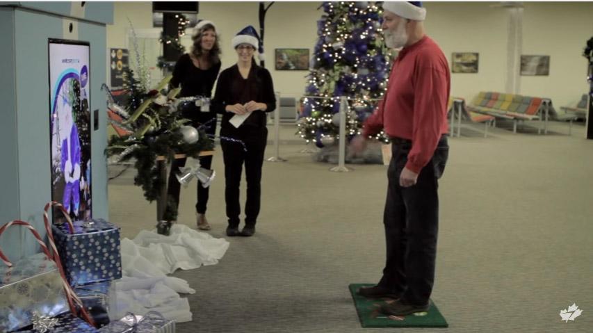 飛機乘客登機前被螢幕上聖誕老公公問到願望,當下機到輸送帶時全都感動到哭!