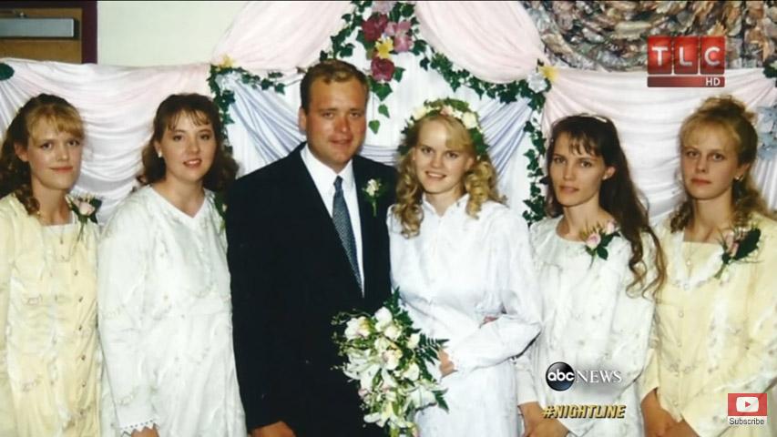 他「娶5個老婆生24個小孩」極端到其他一夫多妻家庭都排斥,攝影師入家門拍到完美和諧氣氛!