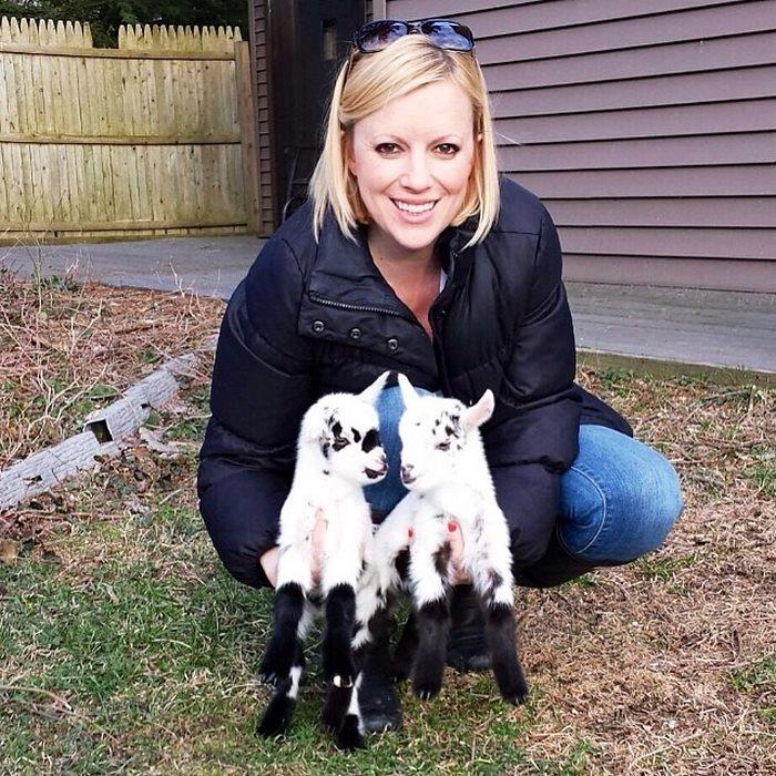 「脫下高跟鞋改穿農夫鞋挖糞」她放棄都市高薪工作,全心全意照顧山羊寶寶「活得超精采」!