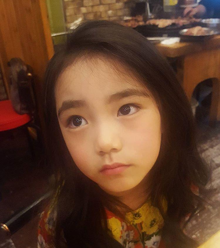 讓網友「願意等12年!」的6歲魅力值爆表小蘿莉,媽媽也同等天仙!