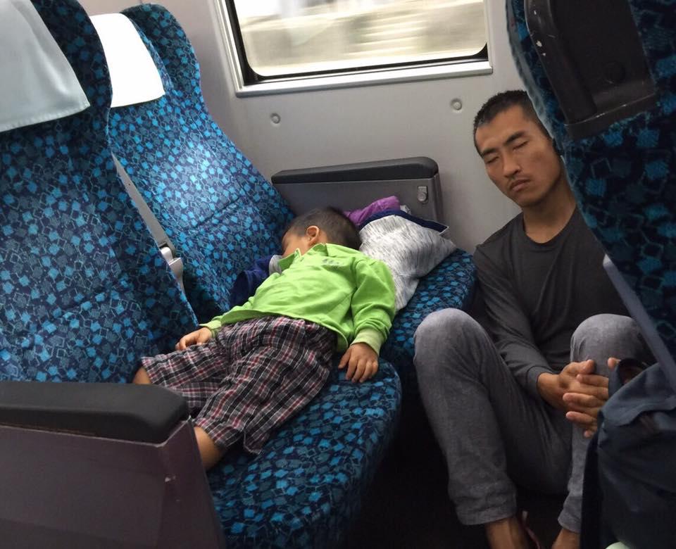 補教名師在火車上驚拍感人畫面,網友回:「這是說不出的苦...」