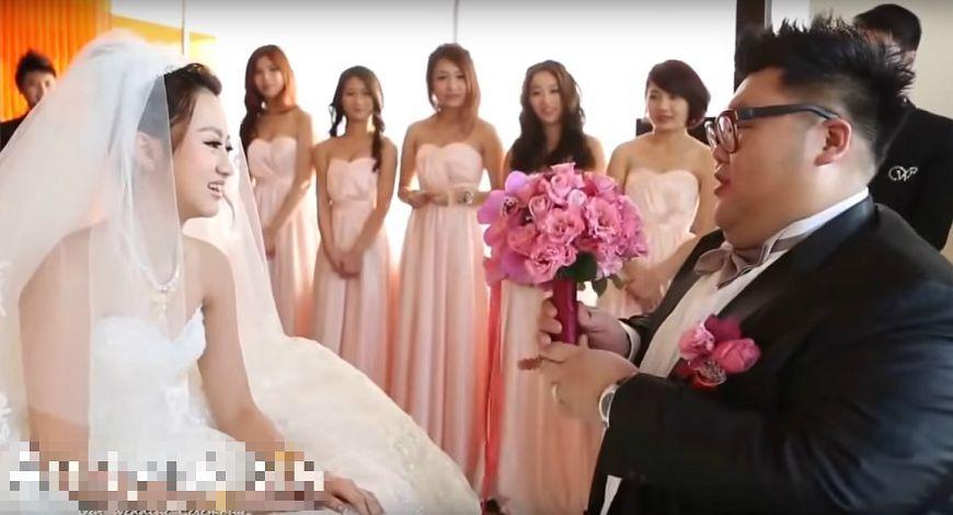 土豪哥3年前「娶長腿正妹」浪漫爆奢華「紅包磚塊一樣大」。4:25處網友說:「新娘鬼上身!」(影片)