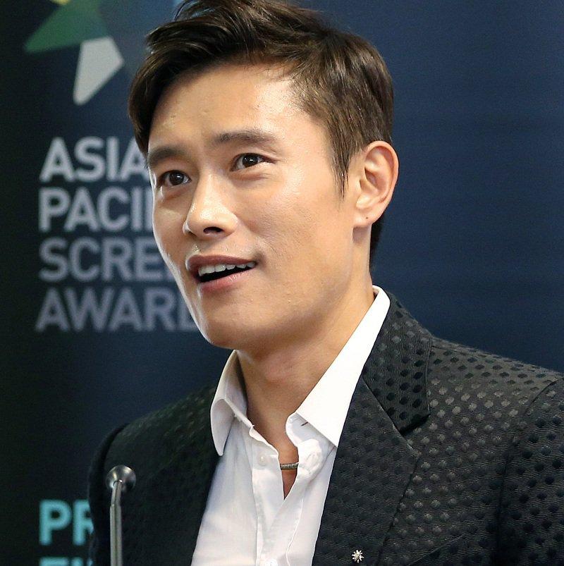 南韓巨星李秉憲爆在好萊塢「被嚴重種族歧視」,白人明星連他的手都不想碰!