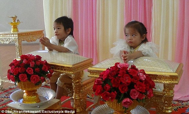 爸媽相信「3歲雙胞胎兄妹前世是情人」開心舉辦婚禮,媽媽:「不結婚就會死掉」。