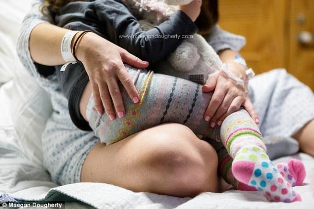 這張「媽媽邊生小孩邊餵母奶」照,說出了全世界所有媽媽的心聲。