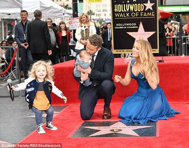 萊恩雷諾斯的2個寶貝女兒第一次公開亮相,「比對大女兒跟媽媽小時侯照片」像到爆!
