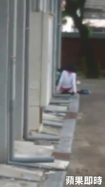 南一中驚傳小情侶「脫光光打野戰」全程被拍,完事後女生裸坐男生逃跑。