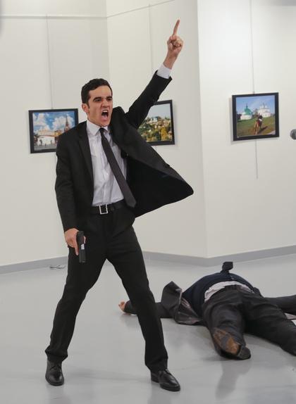 新聞:俄國大使在眾人面前被射殺,兇手是22歲警察!(刺殺影片)