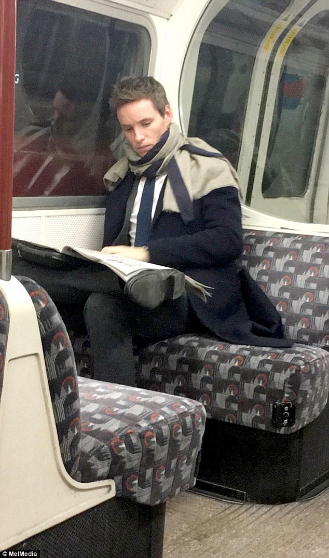 民眾發現野生艾迪在地鐵看報紙,親民帥氣的形象「讓你內心的闇黑怨靈都爆炸了」!