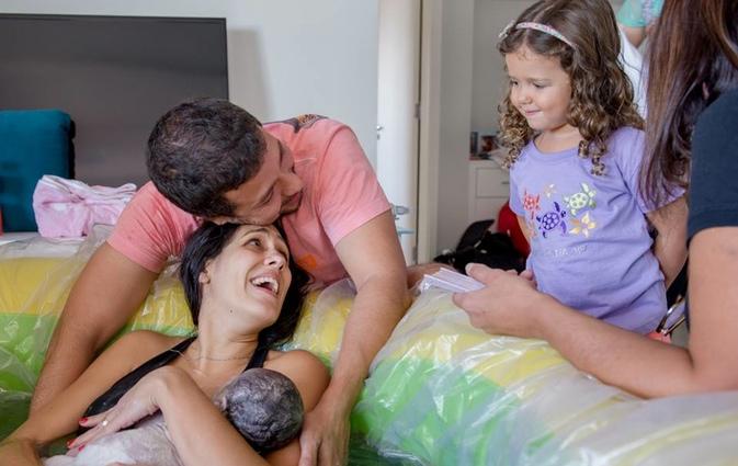 媽媽在「在家生產臍帶和胎盤都還連著」,連小妹妹都跳到水裡幫忙「出生那刻感動所有人」!
