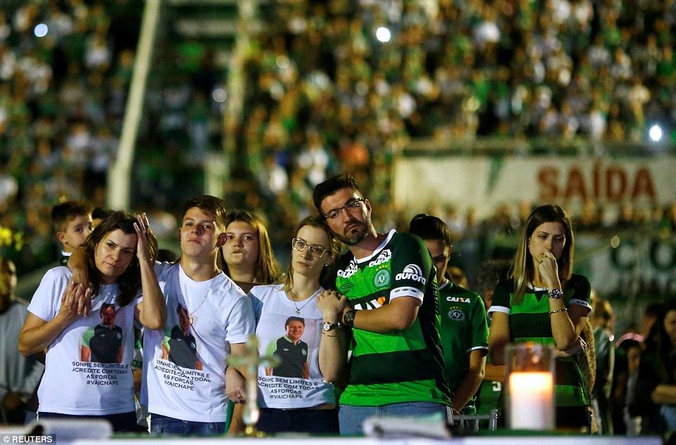 巴西足球隊「最後一次集結」,2萬人「超過城市人數2倍」淚灑主球場心碎悼逝去球員...
