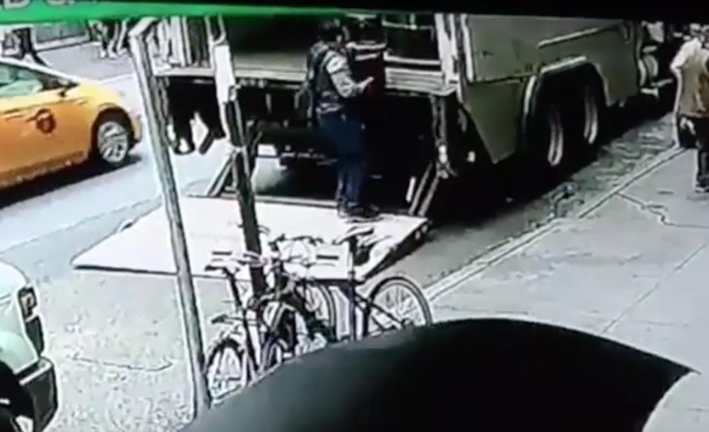男子示範「悠哉摸走」武裝車上價值5千萬黃金,接著悠哉散步離去「到現在都沒被抓」!(影片)