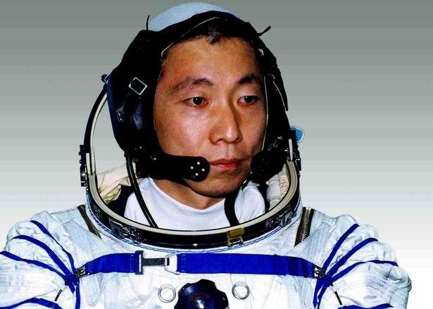 astronaut-hears-knocking-sound-2