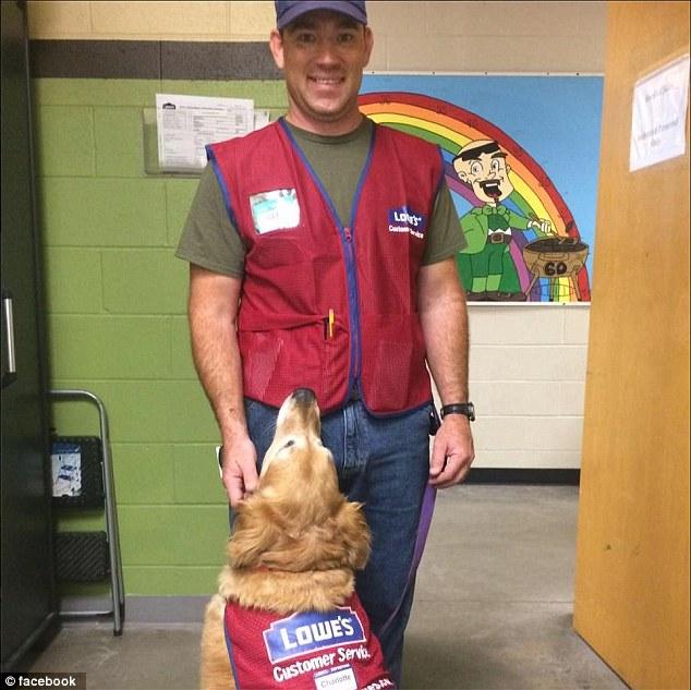退伍軍人左膝不能彎曲只能跟輔助犬一同面試,於是公司就「一口氣錄取兩名新員工」萌爆顧客!