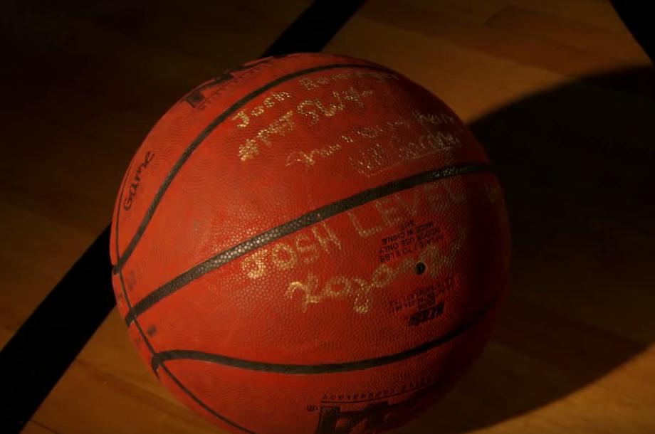 國中籃球隊員將比賽獻給癌症病逝摯友,比賽剩下2.2秒「只落後1分」時「死去的他」投進了那一球...