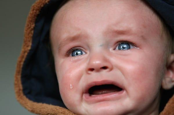 她帶8個月寶寶在餐廳爆哭時隔壁20歲屁孩罵「趕快閉嘴」,屁孩老爸秒出巴掌:「給我去道歉」!