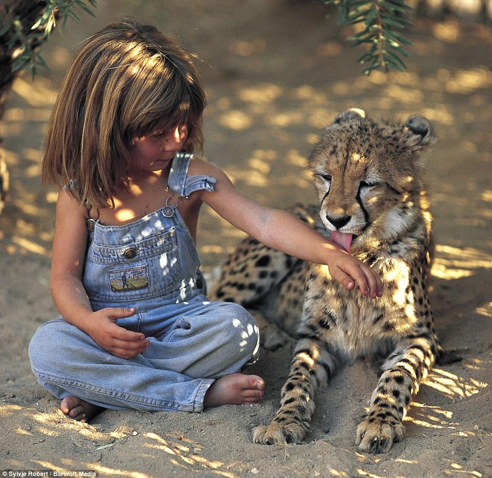 當年在非洲與獵豹大象一起長大的「泰山女孩」,現在26歲的她「拍紀錄片」很漂亮!