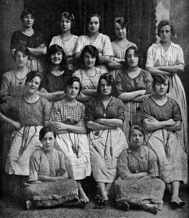 這張1900年代照片被眼尖孫子發現藏有「不應該存在的人體」,