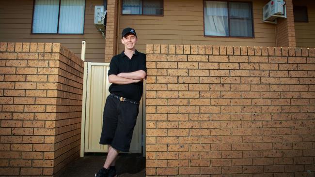 他14歲時開始在比薩店打工最低時薪,28歲時「買下了14間房子」年收超過300萬過著半退休生活!
