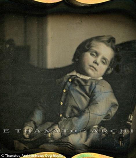 20張美國以前非常流行「小孩遺體攝影」昂貴照片!為了讓他們看起更像「活著」會這樣做!