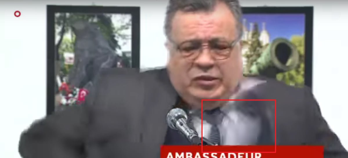 俄大使遭土耳其警察槍殺網友提3大證據指「整起事件造假」,關鍵就是框起來的區域!