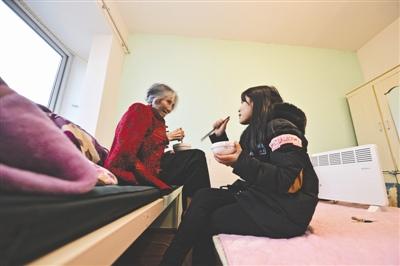 父亲突然病故奶奶意外骨折女大学生带着奶奶读大学