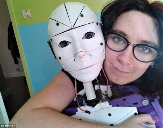 法國女性「只愛機器人」人類身體噁心「打算跟機器人結婚」,2050年這會算很正常!