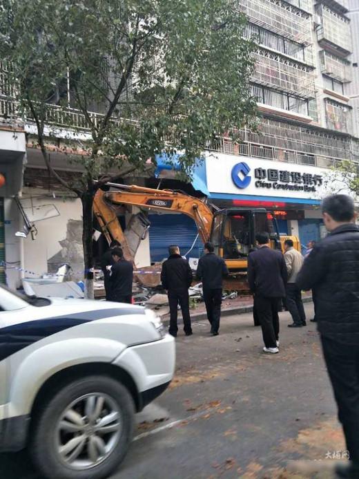 中國狂男「開挖土機搶銀行」撞爆牆壁,一塊錢都沒搶到就被「爆笑逮捕」!