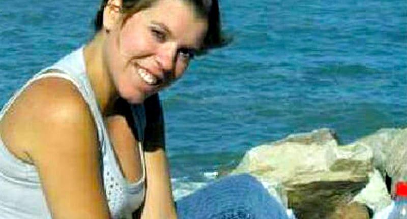 31歲的她一直懷疑自己是被領養的,母親臉書照片證實了她的猜測!