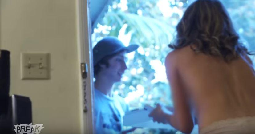 披薩外送員一上門,3名性感全裸辣妹逼問「誰的胸部最大」!