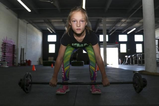 9歲女童不讓自己再被霸凌挑戰「特種部隊的障礙賽」,「魔鬼級訓練」練出驚人腹肌霸凌者都傻了!