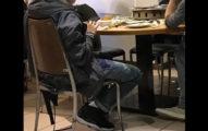 網友吃清粥小菜時,看到隔壁的帥哥穿喬登11代,原PO爆料原來是「他是大明星」!
