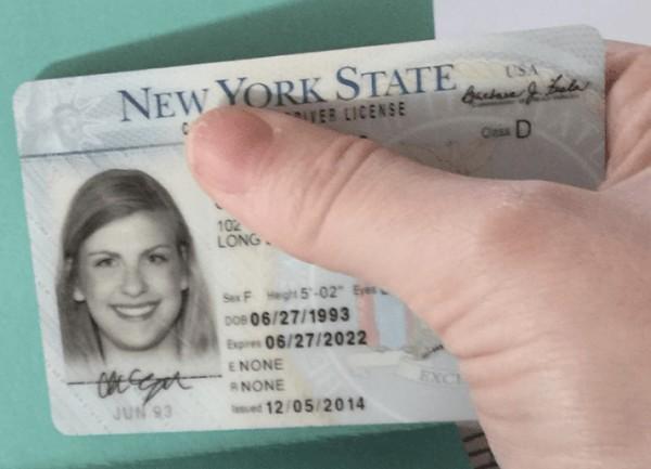 她1年前搞丟駕照以為找不回來了,1年後收到小偷寄回駕照和超可愛原因:「拿去用了一陣子」。